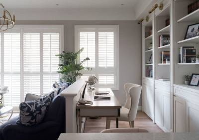 室内空间里,户外光源随着百叶窗的敞开走入室内,揭开明亮舒心的一天