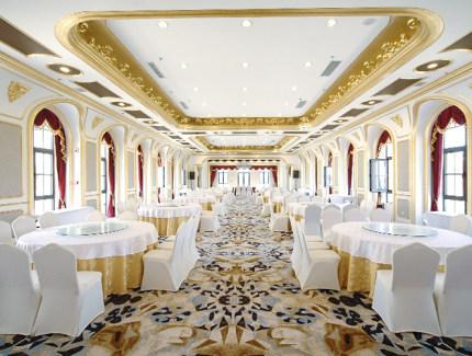 富虹酒店具有欧式风格的独立建筑,专业立体式音响,宽敞大舞台,户外