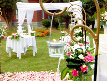 锦江婚礼会馆是华丽花园欧式别墅,拥有3000平方米的室外花园婚宴用地