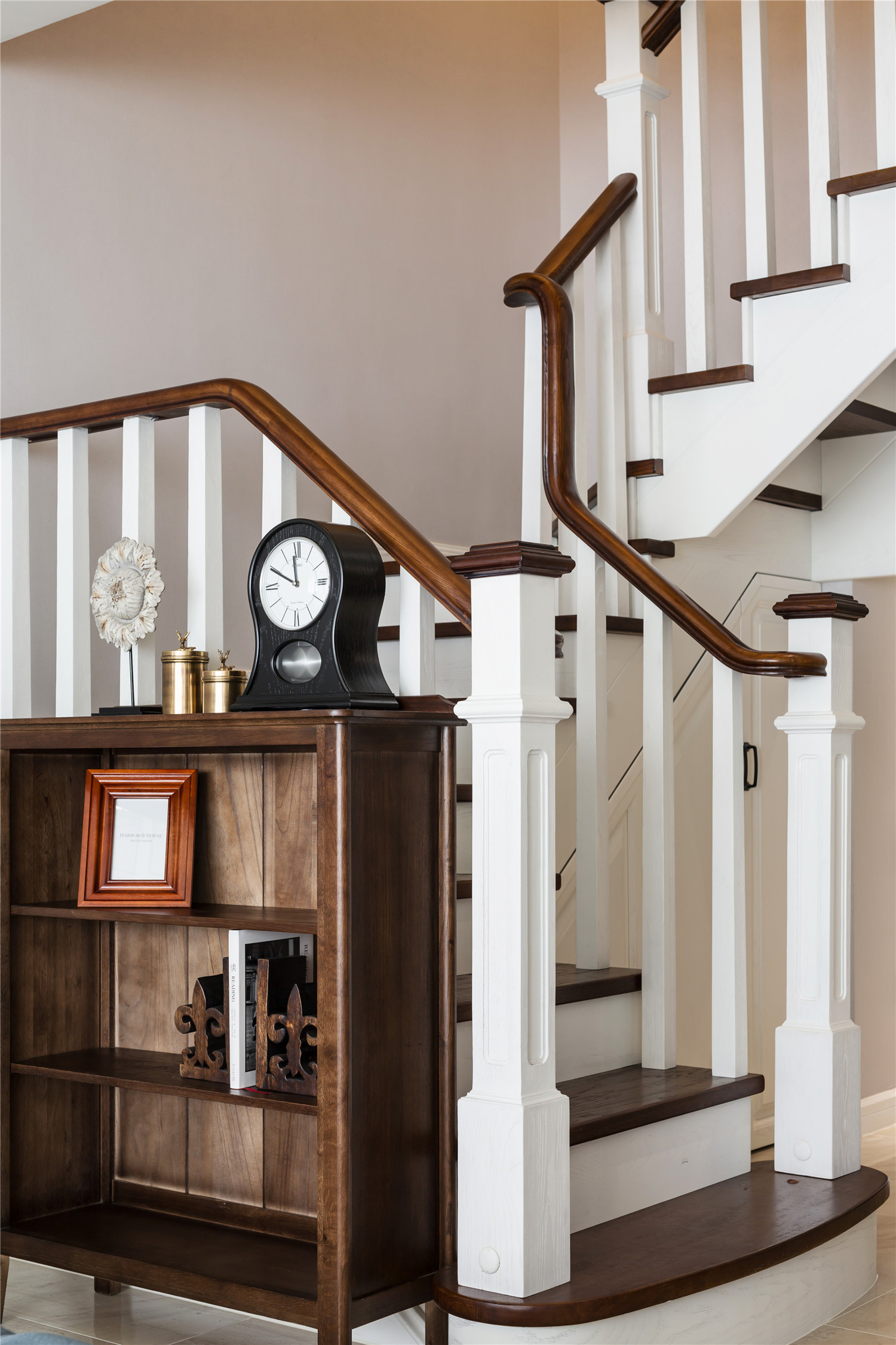 现在不少年轻人在置业时偏爱复式楼,这里住宅不仅总价不高,而且空间较大,完全满足他们日常居住的需要。复式楼一般有上下两层的结构,上下层之间采用楼梯相连。螺旋楼梯就是很常见的楼梯样式,这类楼梯不仅非常节省空间,而且十分的美观。那么螺旋楼梯价格要多少呢?哪些因素影响了螺旋楼梯价格呢?下面小编将就这些问题和大家做个分享,期待可以帮助到大家。