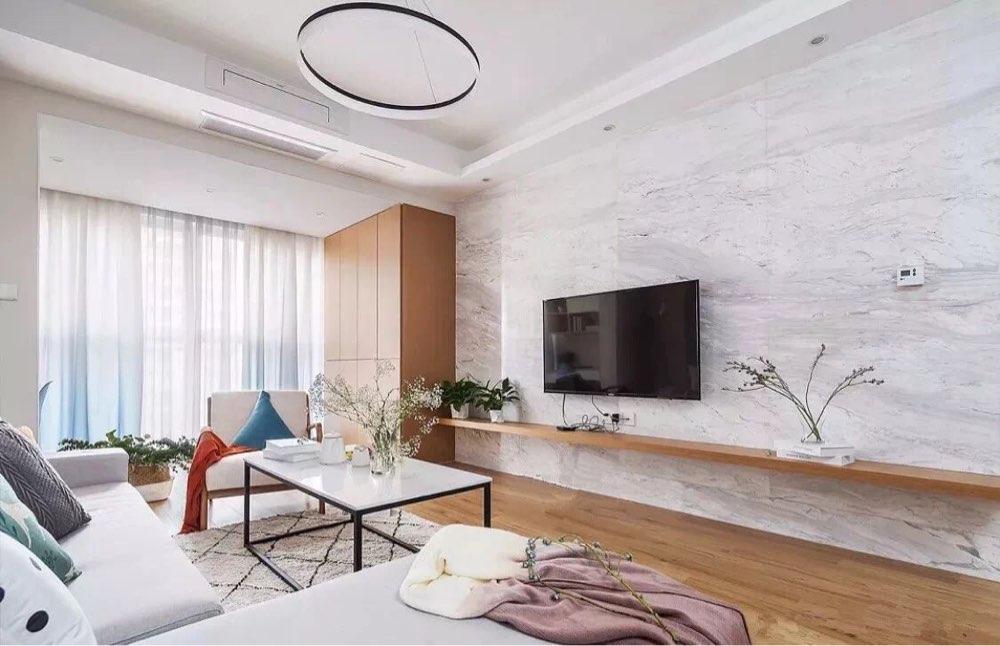 简单大方的电视柜和电视背景墙,让整个夏天干干净净清