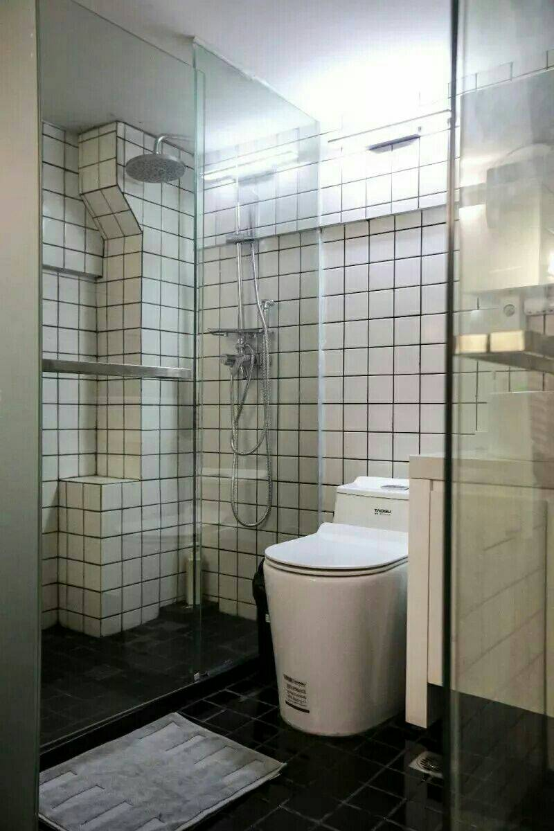 洗手间门一推开, 浴室,洗衣房,卫生间, 竟然都在这个空间里, 黑白