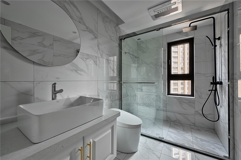 三居室现代简约风格卫生间装修效果图