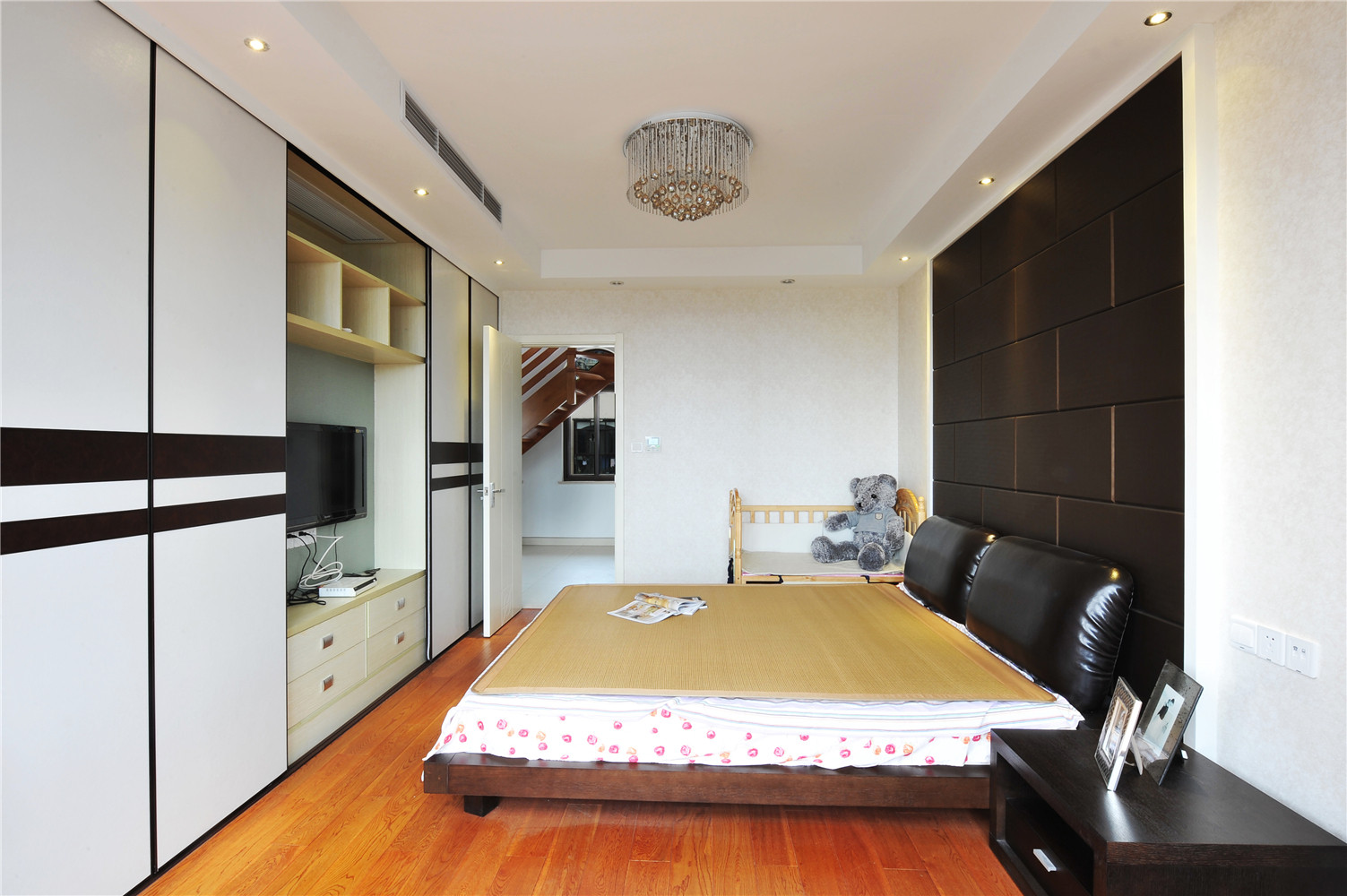 现代中式风格装修卧室布局图
