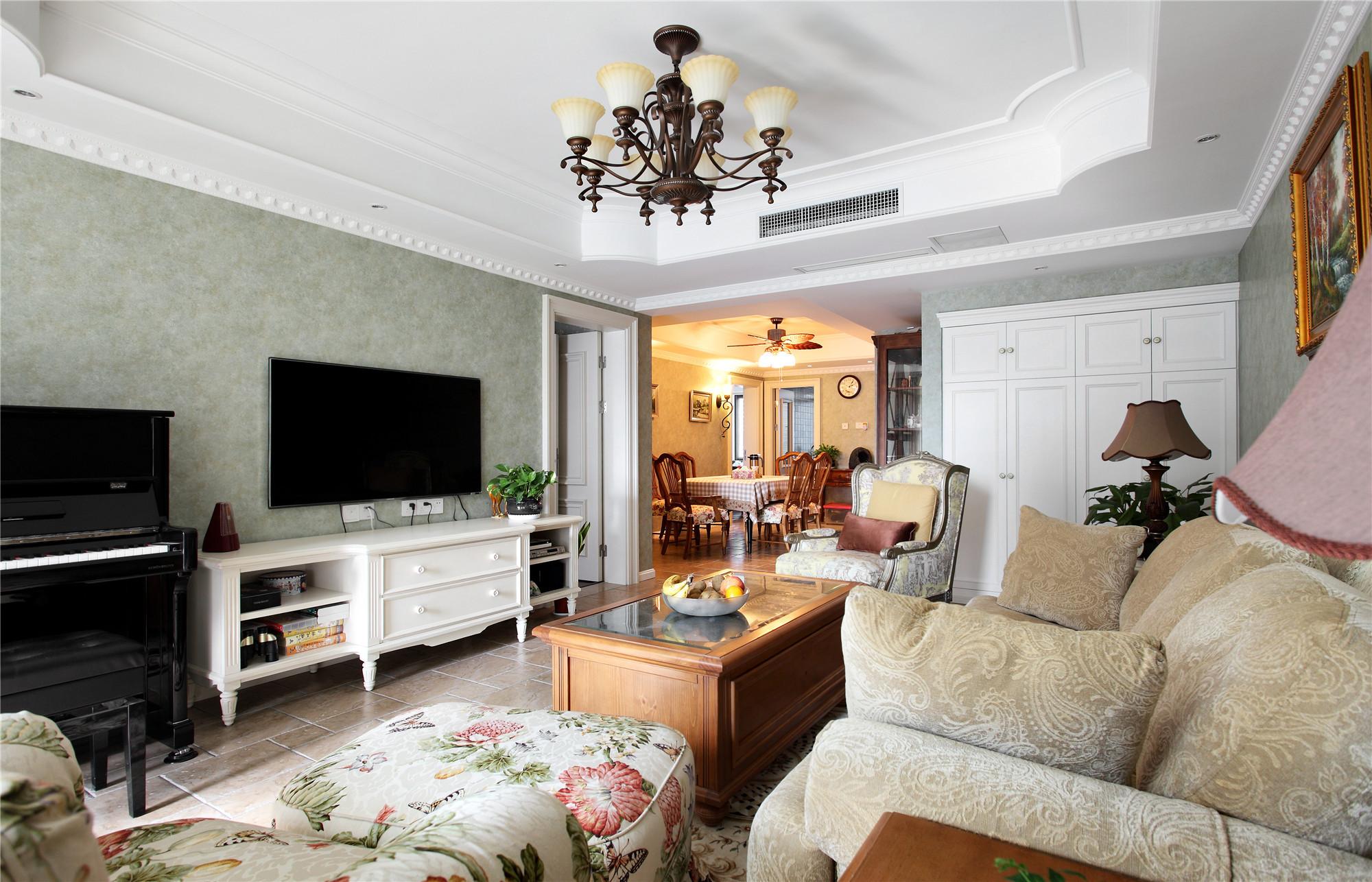 135平美式田园三居装修客厅设计图