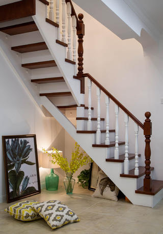 现代美式复式装修楼梯间布置