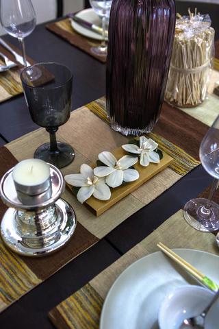 现代美式三居装修餐桌摆件特写