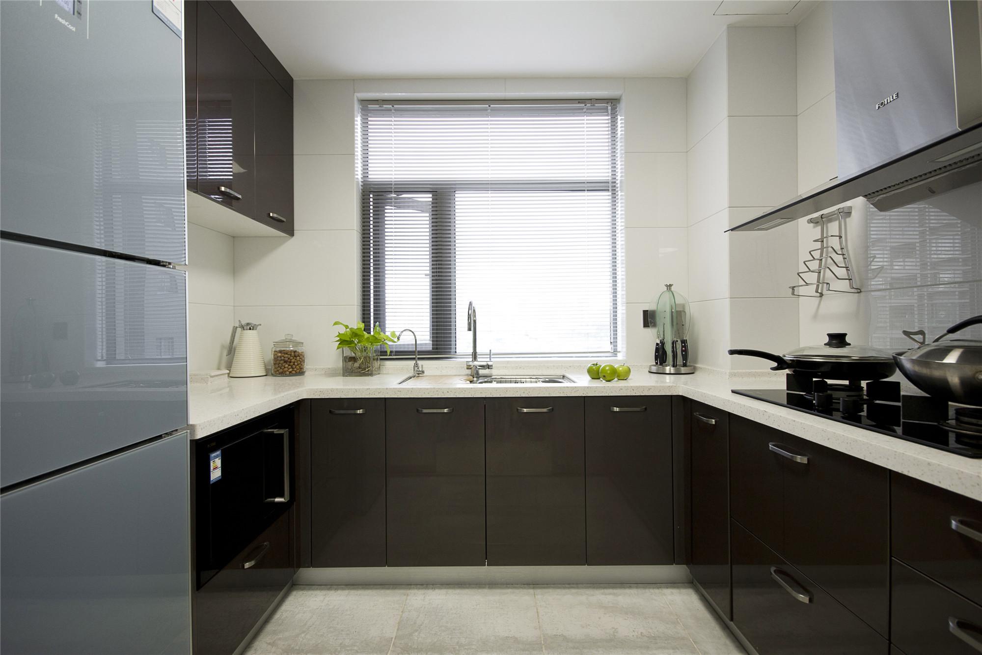 现代简约三居厨房搭配图