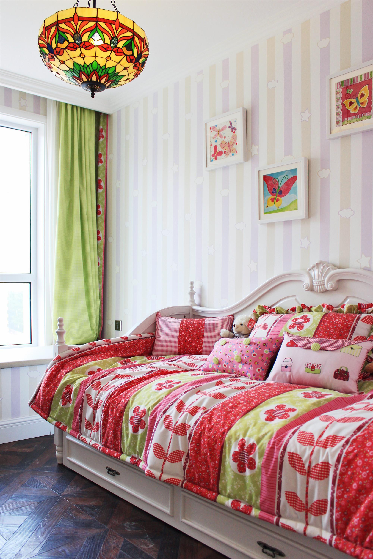 80平欧式风格二居装修沙发床设计