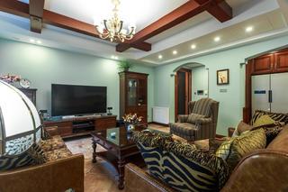 160平美式三居装修客厅吊顶