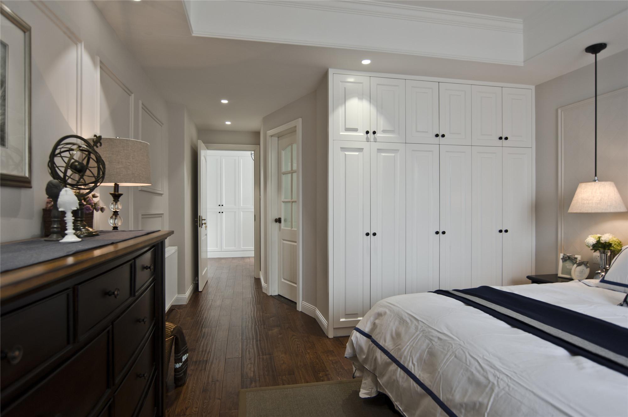 温馨美式风格三居装修衣柜图片