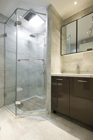 现代简约三居淋浴房图片