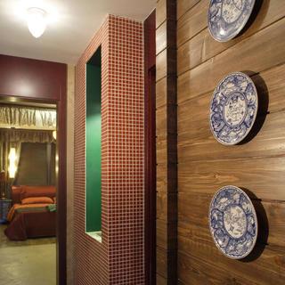 140平东南亚三居装修陶瓷盘装饰