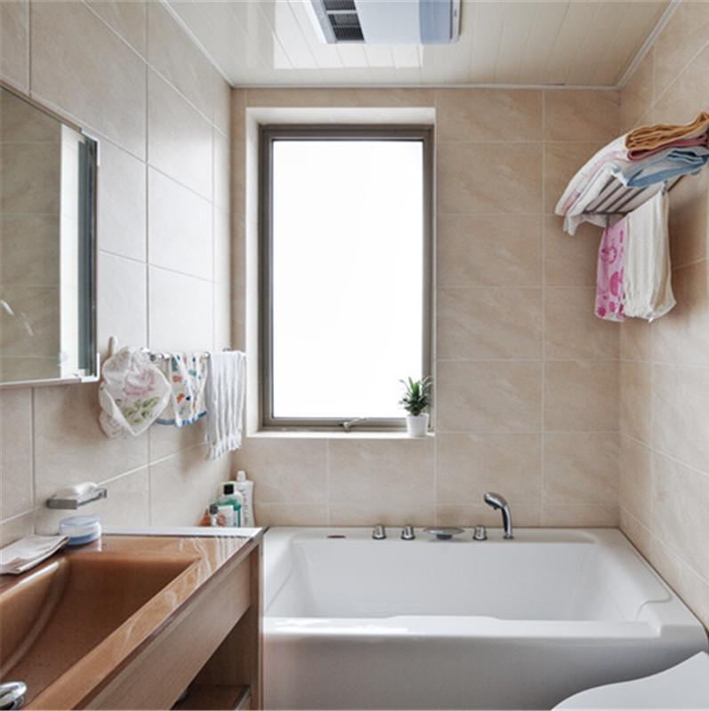 三居室现代简约装修卫生间实景图