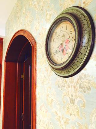 100平美式三居装修壁钟特写