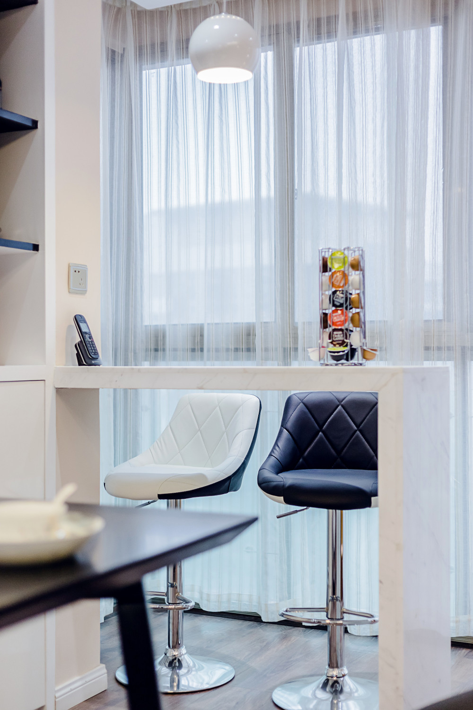 现代简约三居室装修阳台小景