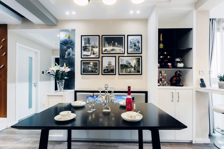 现代简约三居室装修餐桌图片