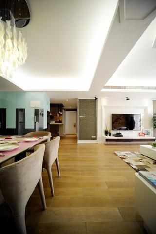100平现代简约两居室装修客餐厅过道
