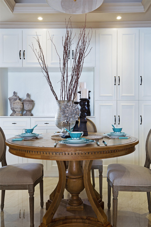 美式三居装修餐桌图片