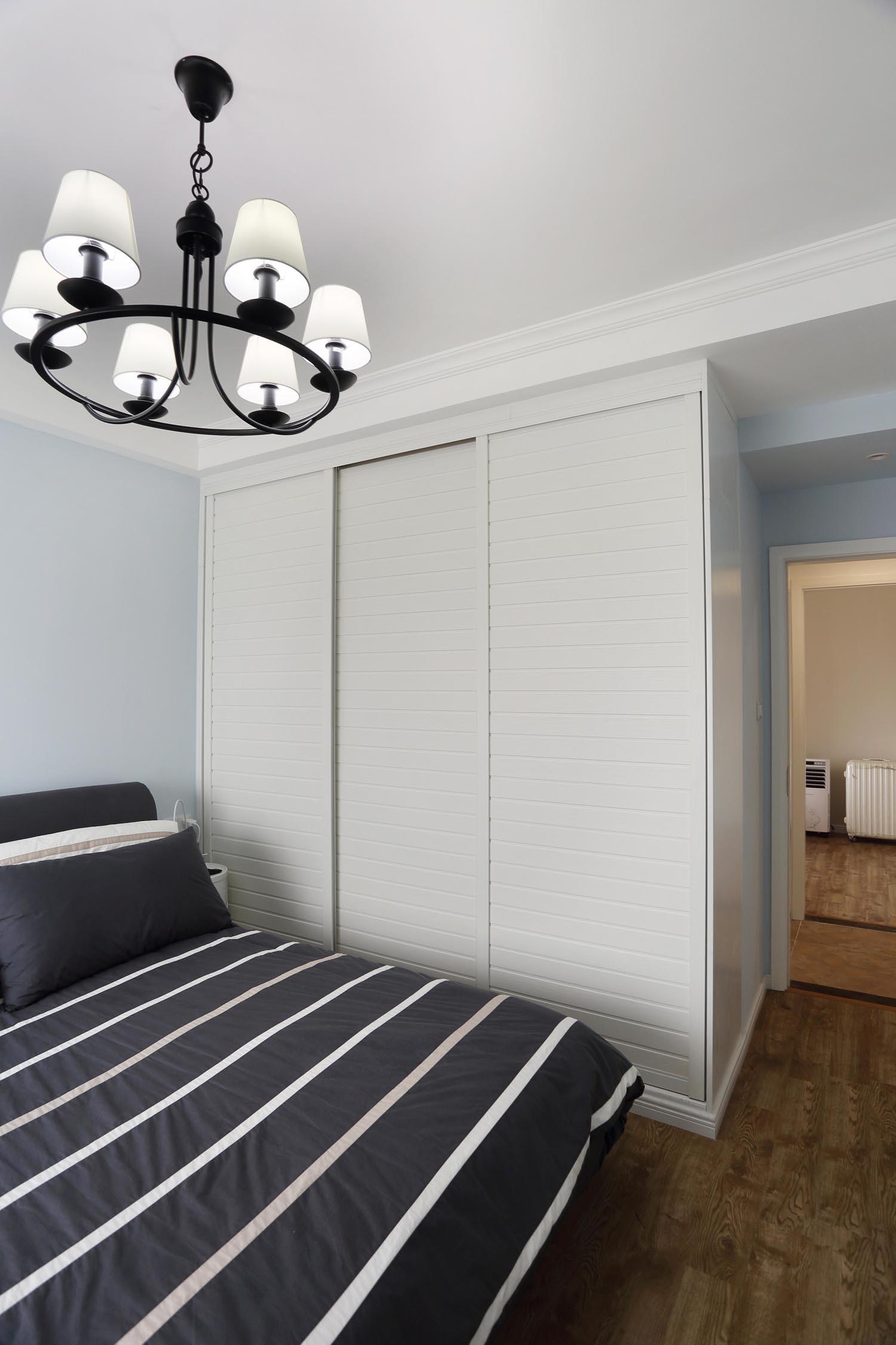 80平两居室装修衣柜图片