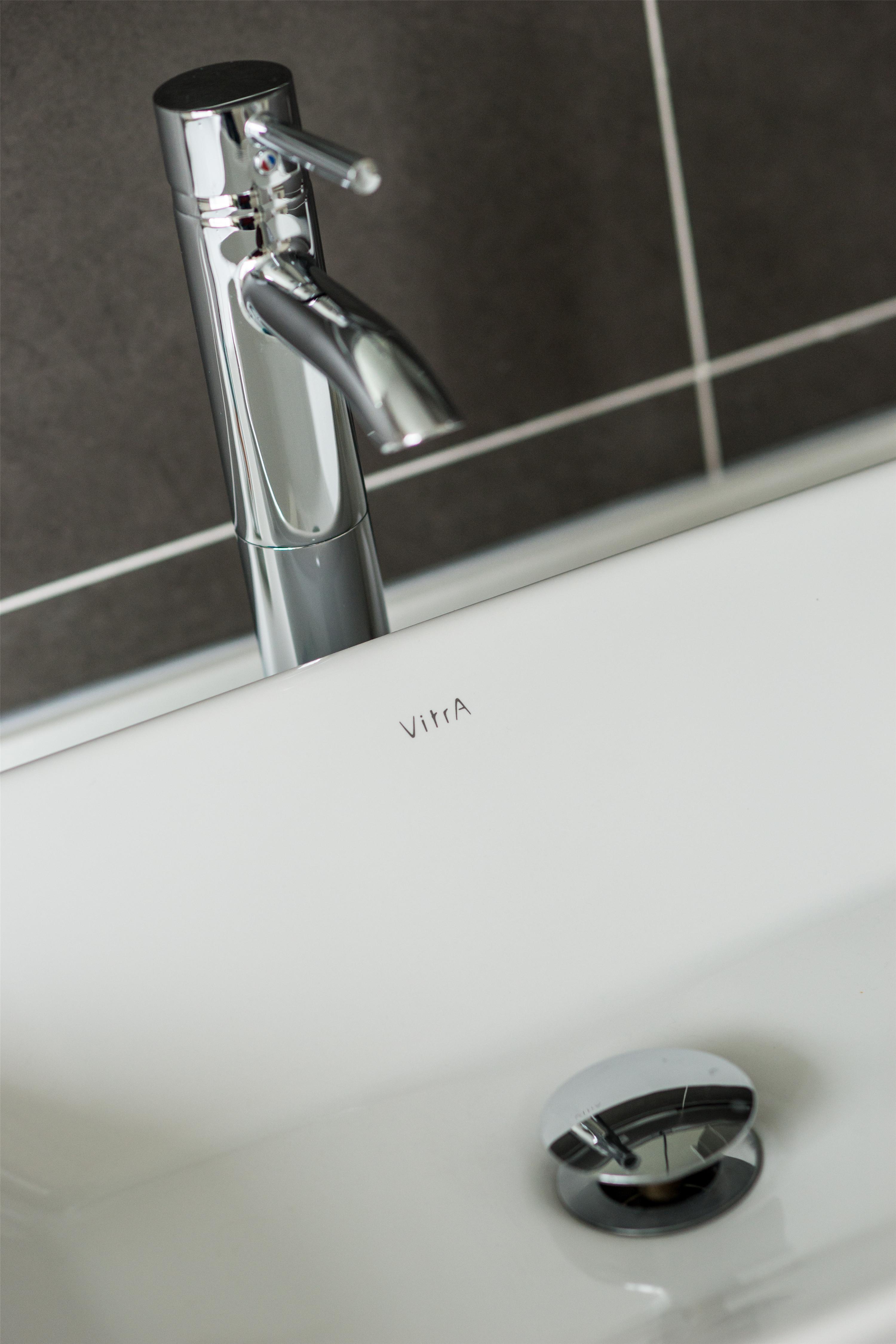 170平三居装修洗手台特写