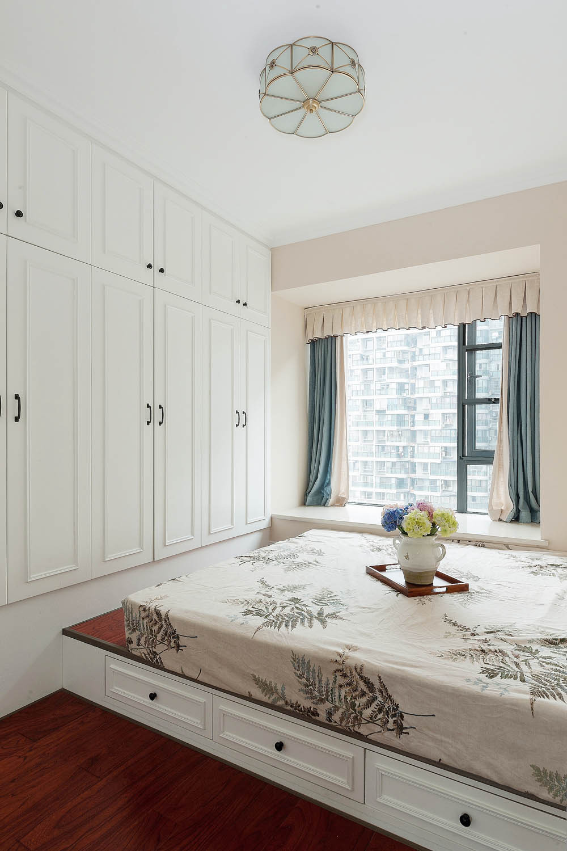 137平美式风格三居装修卧室设计图