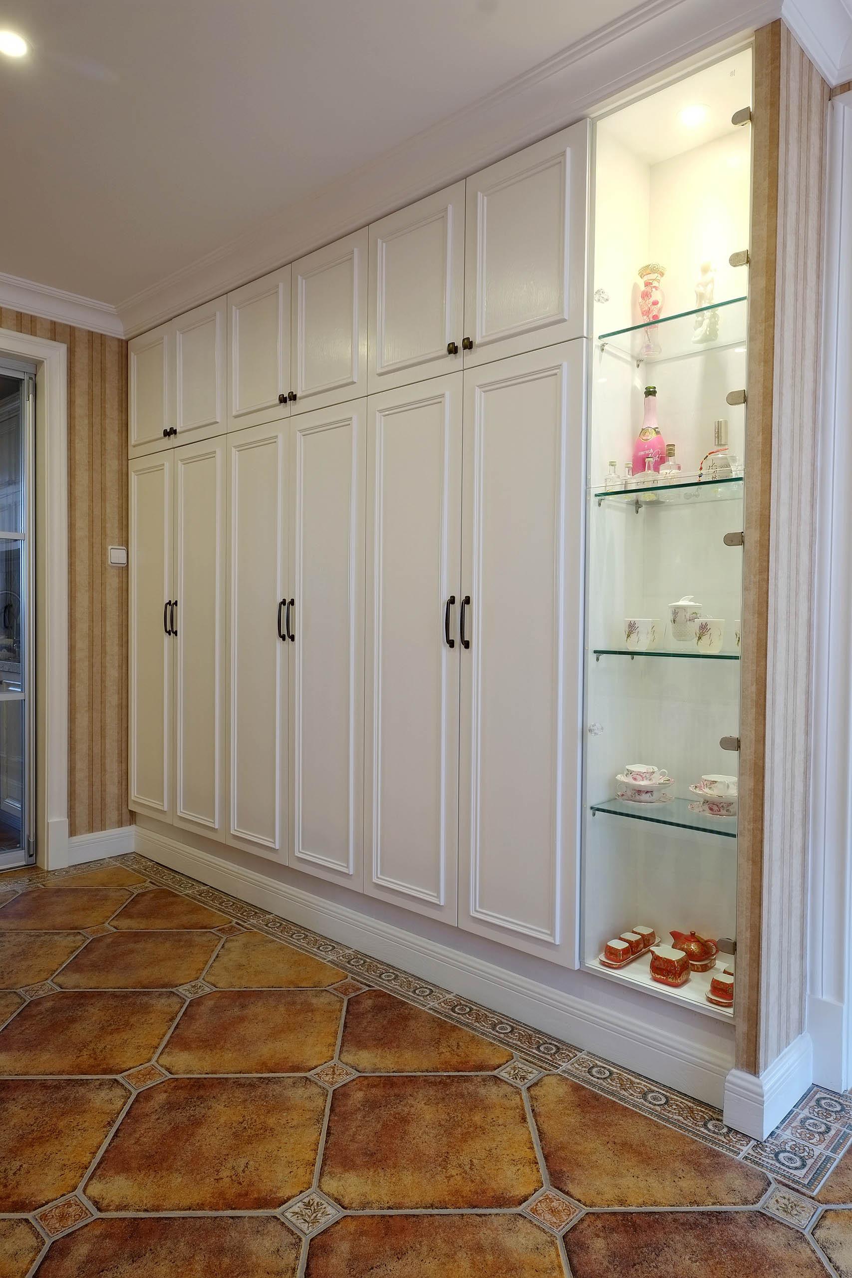 大气简洁美式三居装修收纳展示柜图片