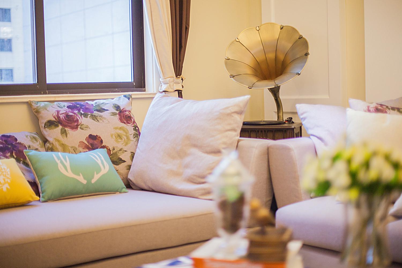 110平简美风格三居装修沙发抱枕图片