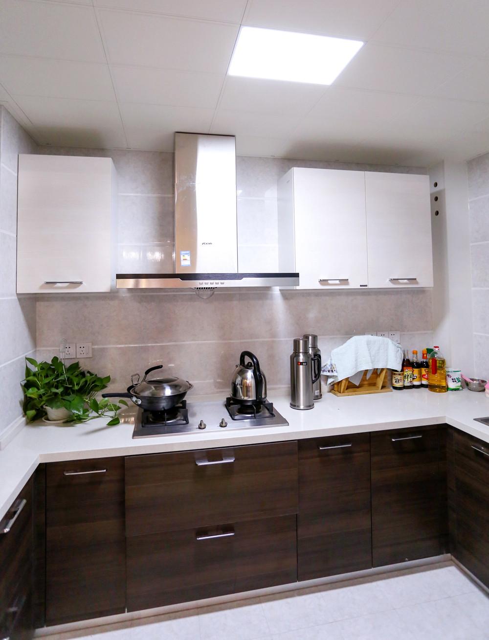 140平现代四居装修厨房布局图