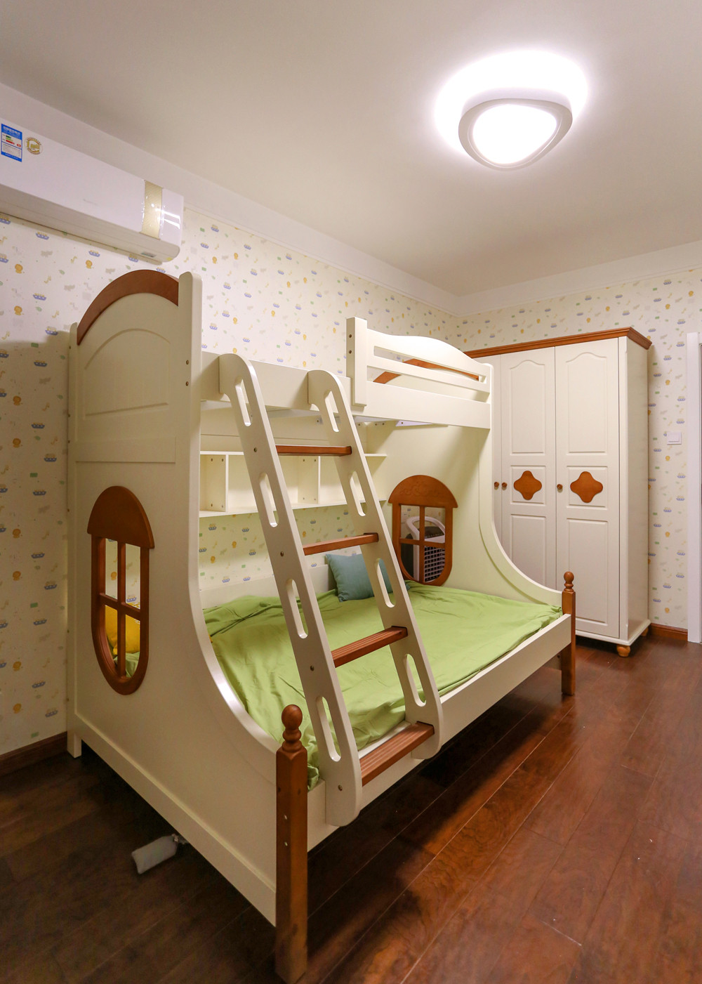 140平现代四居装修儿童床图片
