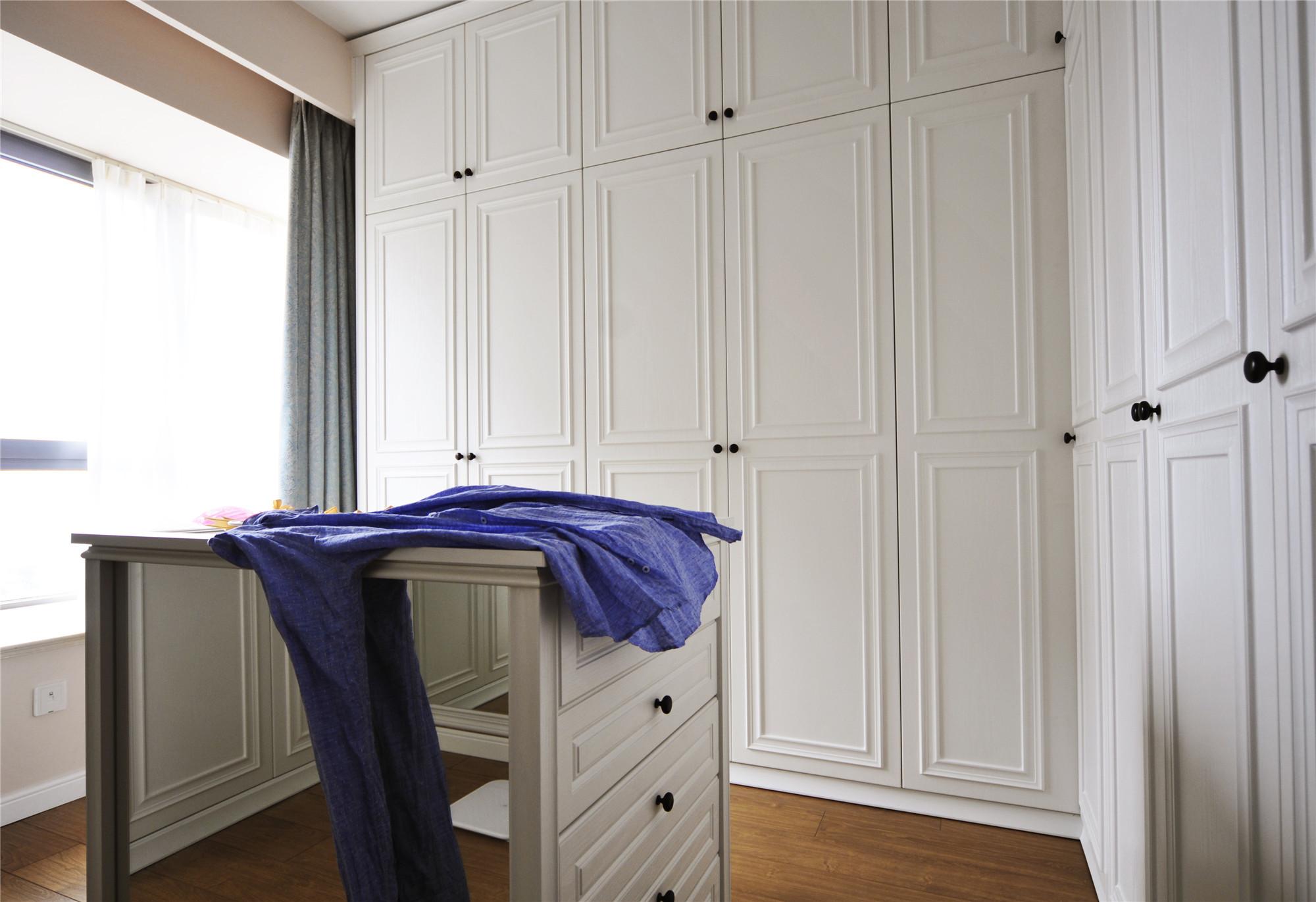 休闲美式三居衣柜图片
