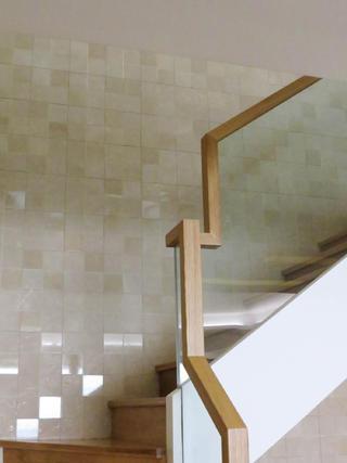 现代简约复式装修楼梯墙面设计