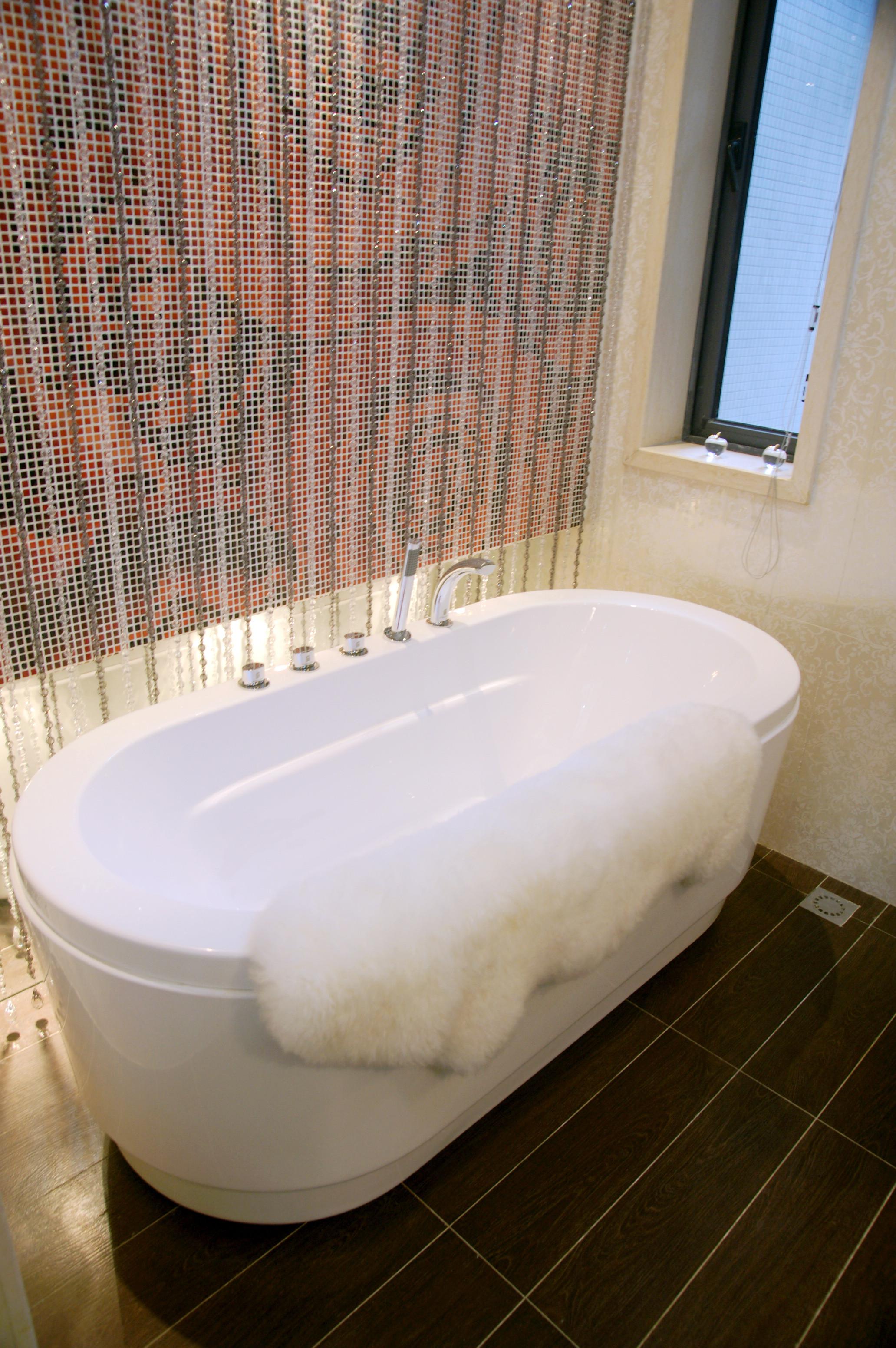 简欧三居装修浴缸图片