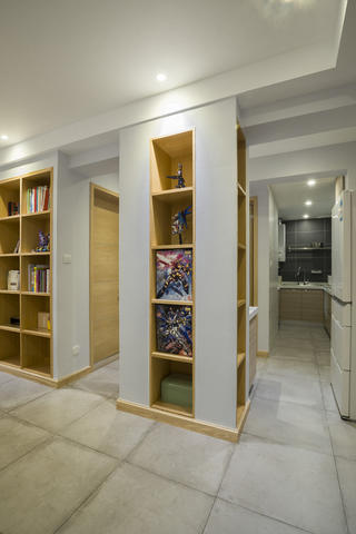 简约二居装修过道展示柜设计
