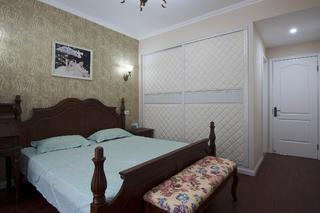 美式田园混搭三居装修卧室背景墙图片