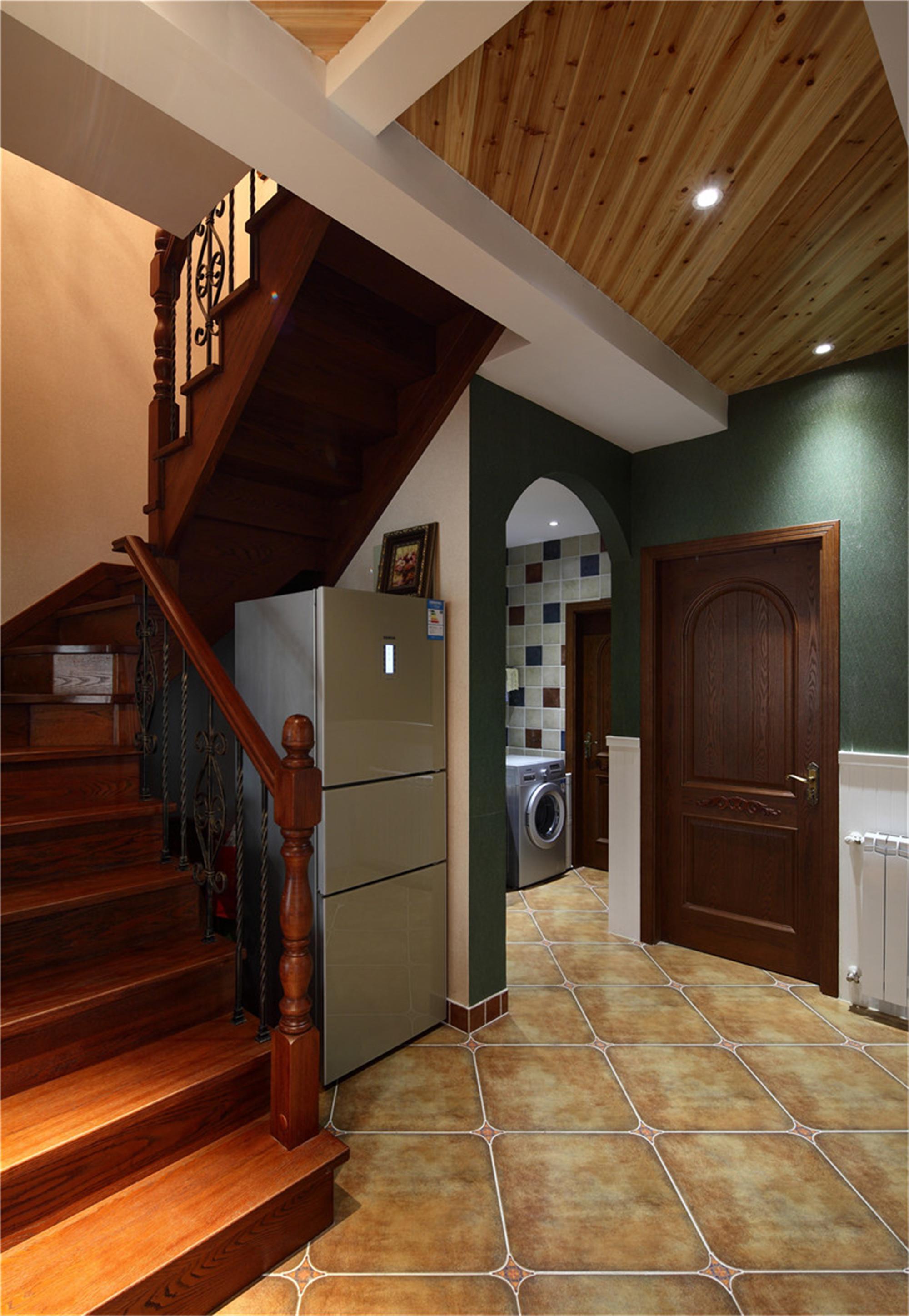美式跃层装修楼梯间设计
