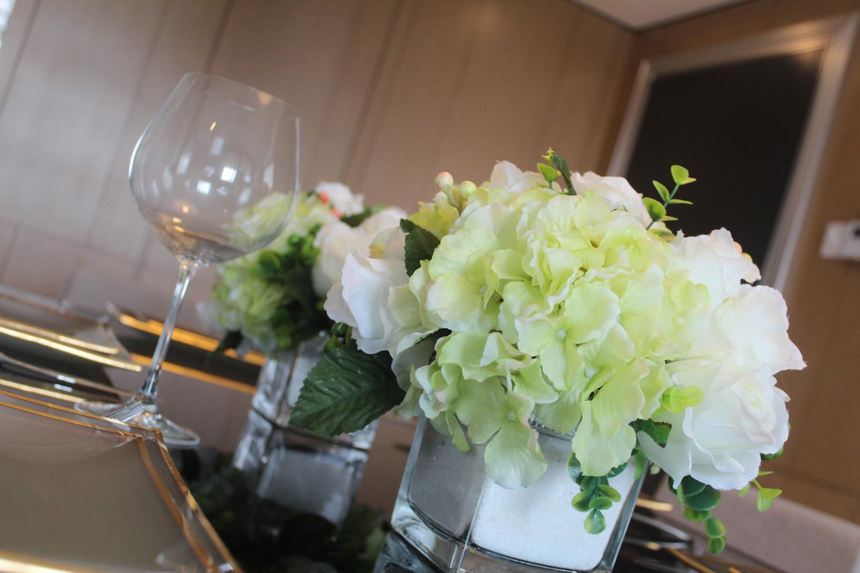 现代简约三居餐桌花束装饰