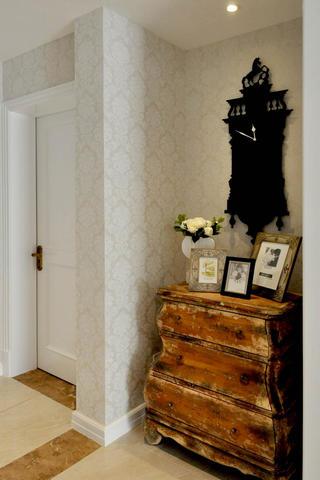 140平新古典样板间装修过道装饰摆件