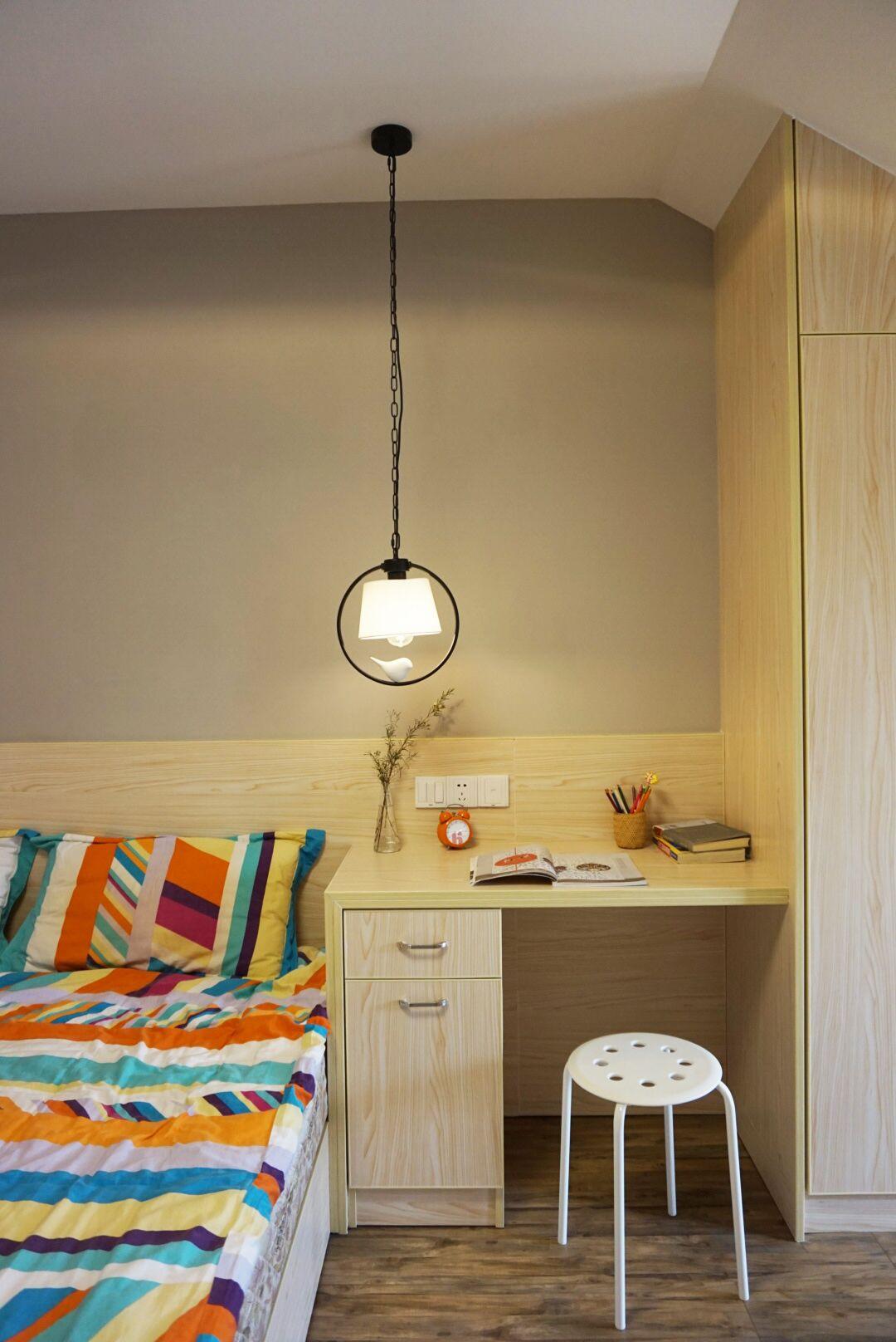 小户型一居室装修书桌图片