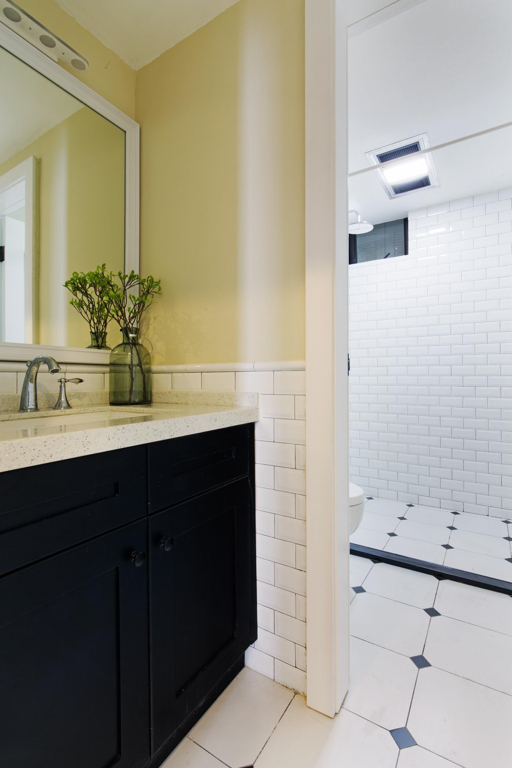 110平三居装修浴室柜图片