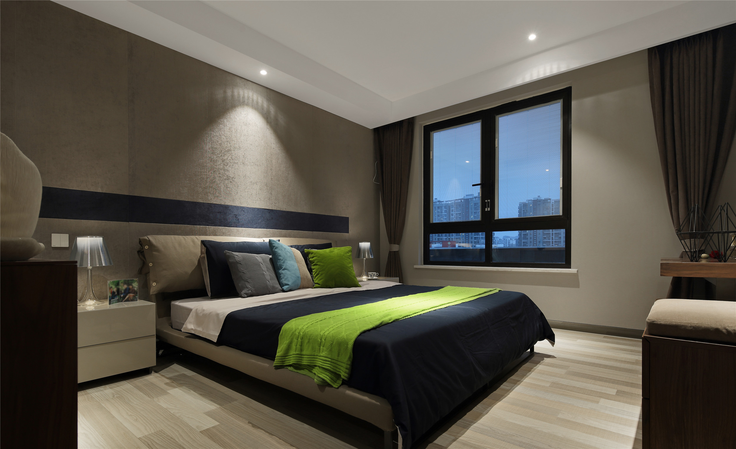 跃层公寓装修卧室搭配图
