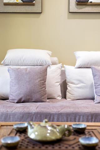 100平简约二居装修抱枕图片