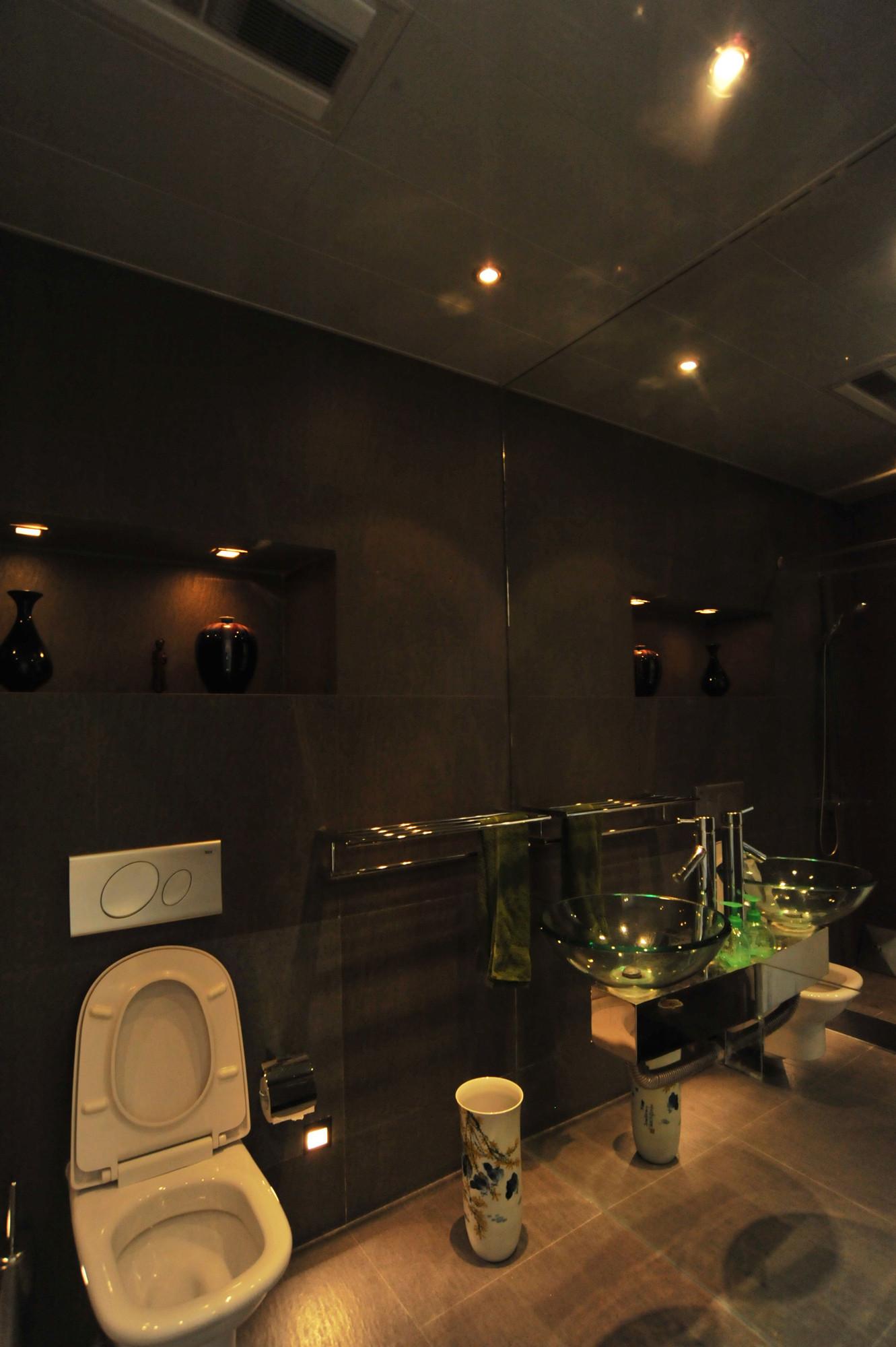 大户型黑白极简装修卫生间实景图