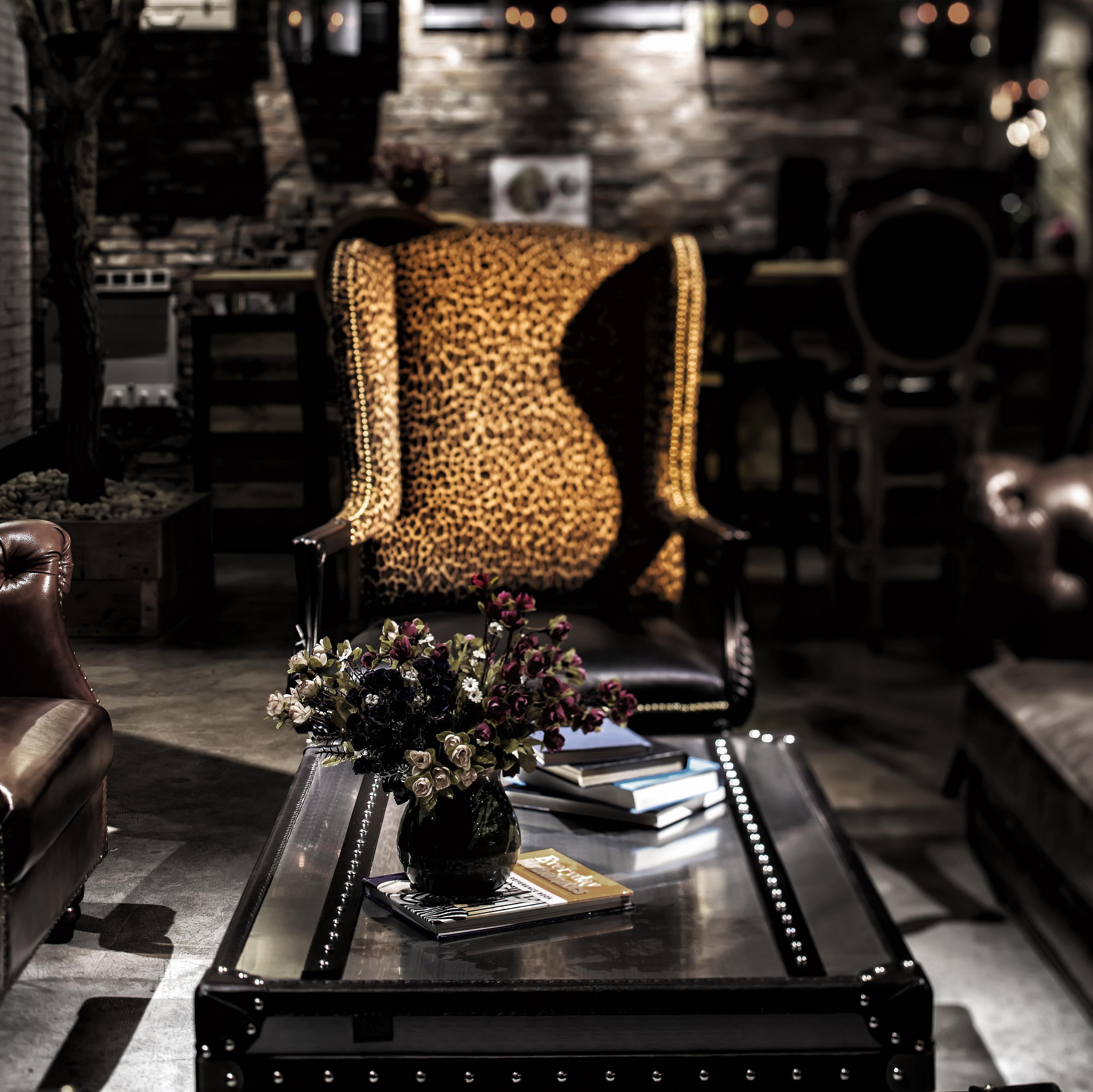 神秘复古咖啡厅装修椅子图片