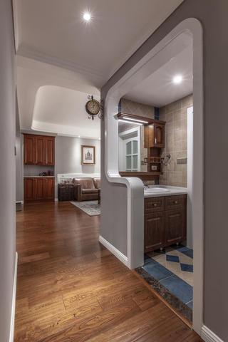 130平美式装修浴室柜图片