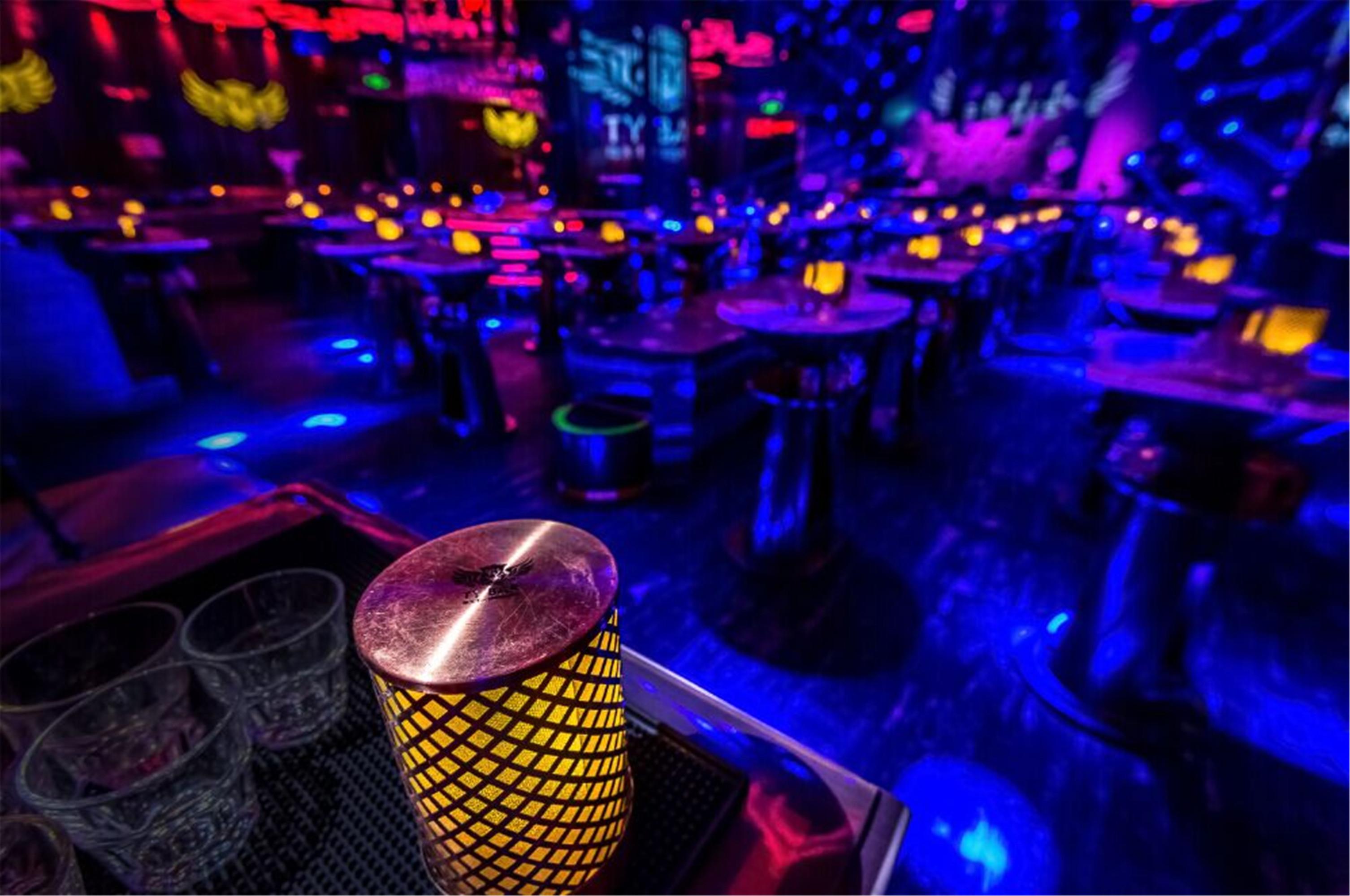 梦幻迷离酒吧装修餐桌灯具图片