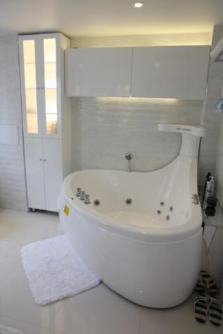 120平简约三居装修浴缸图片