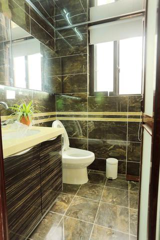简约风格三居室装修卫生间设计图