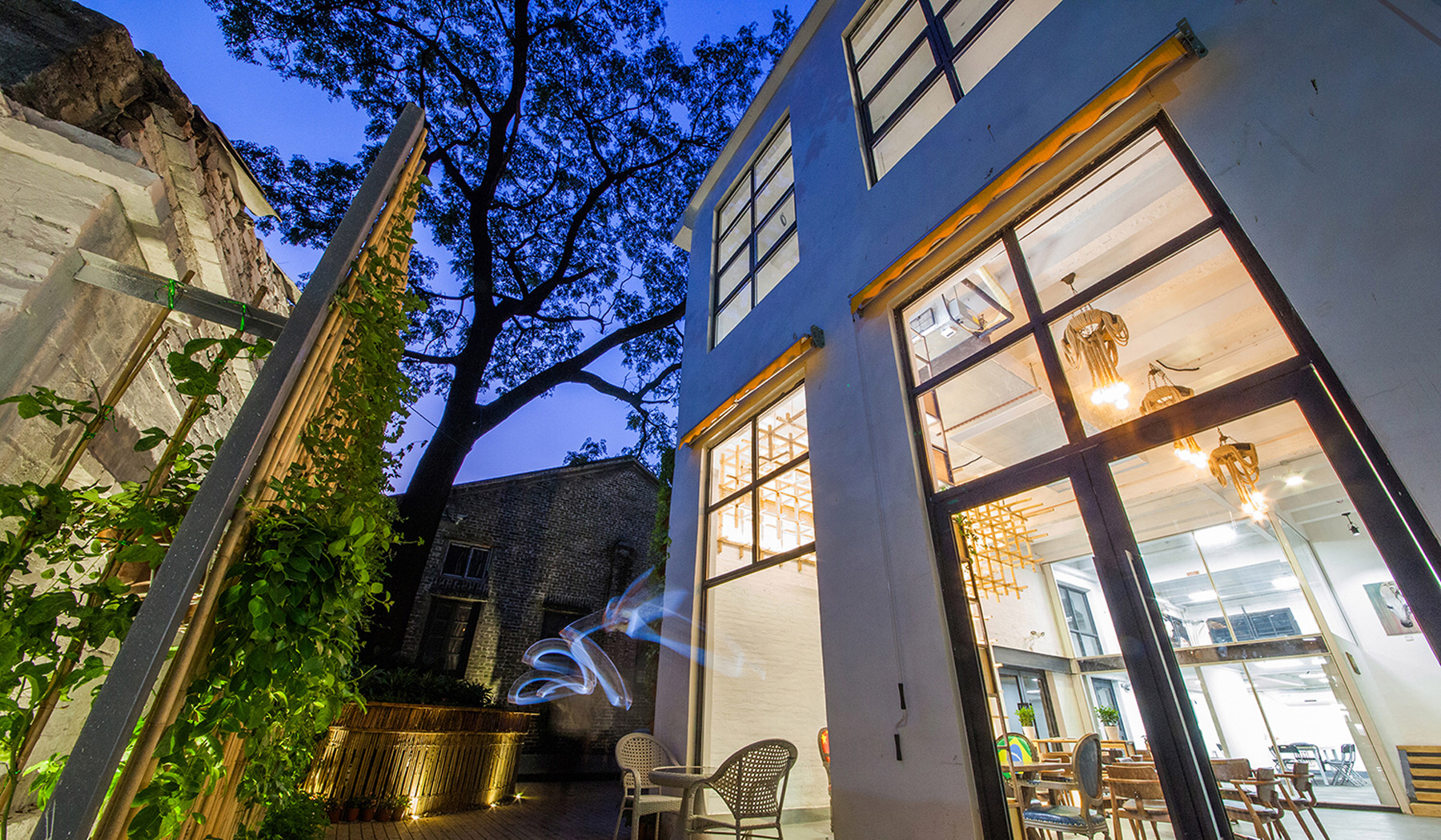 Loft风格咖啡厅装修室外篱笆墙设计