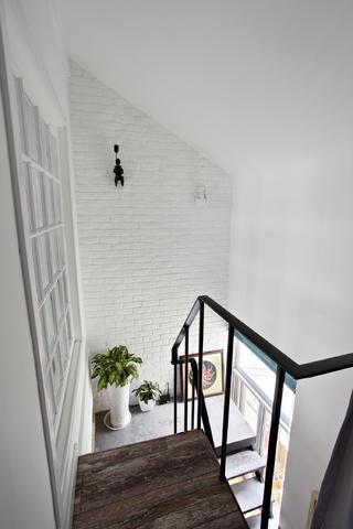 Loft小复式装修楼梯墙面